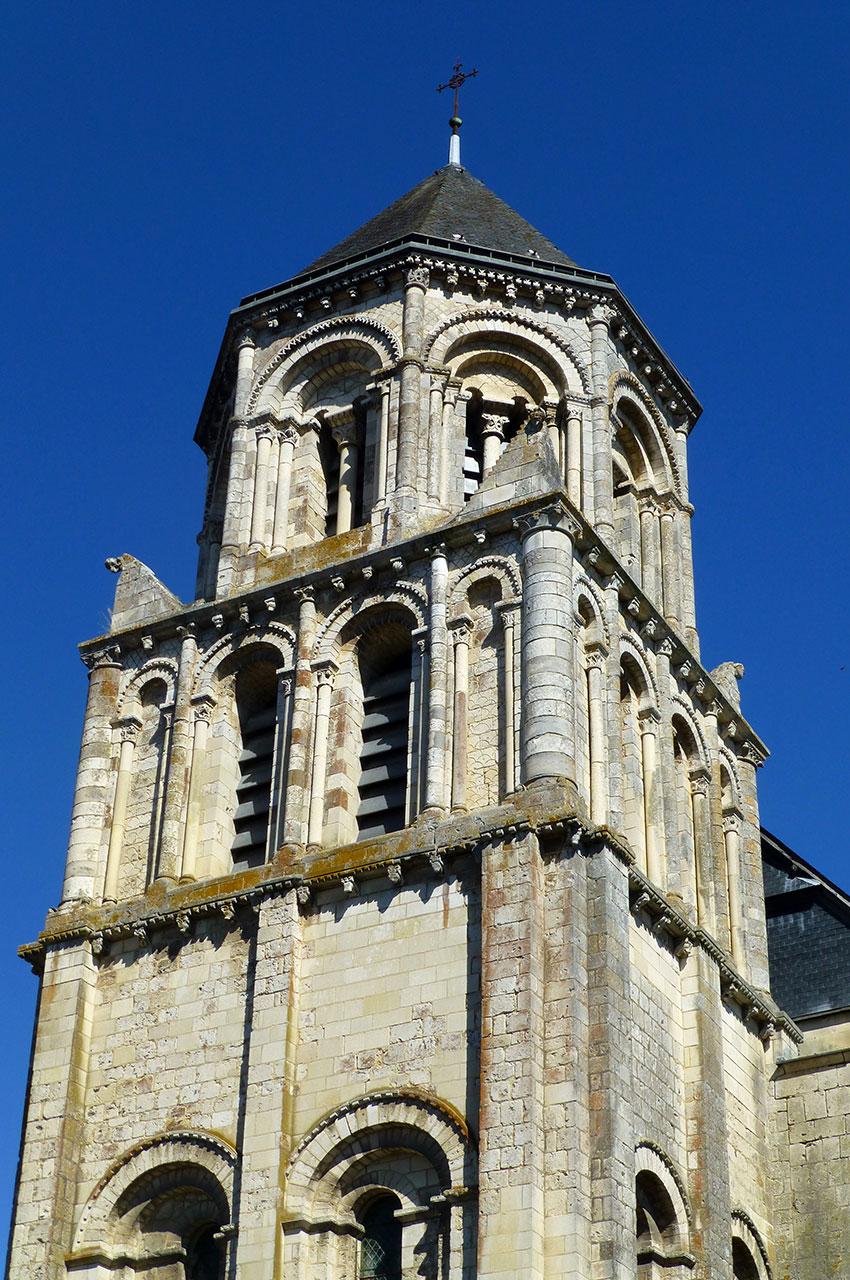 Le clocher-porche de l'église, d'origine romane