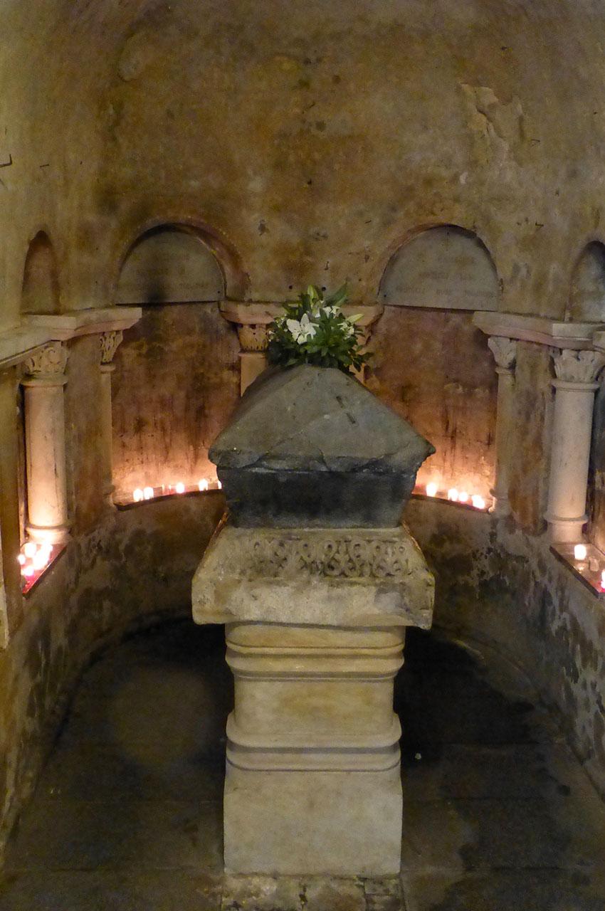 Crypte de Sainte Radegonde avec le sarcophage de la reine