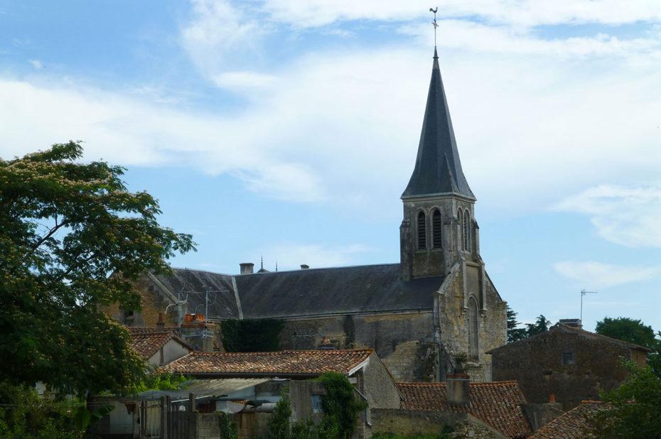 L'église Notre-Dame est au cœur du village de Gençay