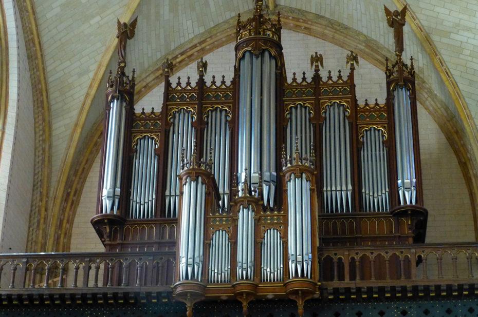 L'église est dotée d'un orgue depuis le Moyen-Âge mais celui-ci a été plusieurs fois détruit