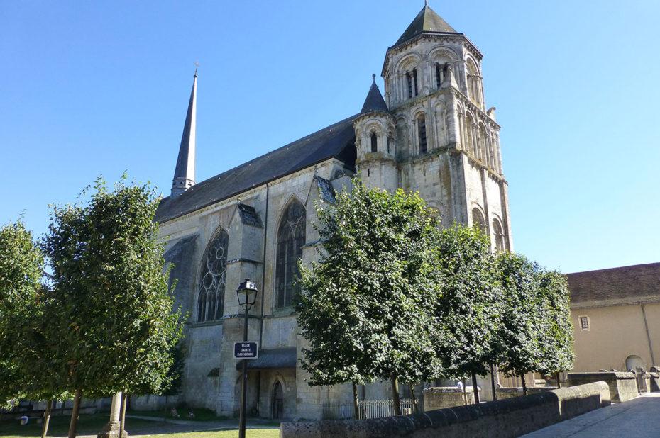 La place Sainte Radegonde et l'église éponyme