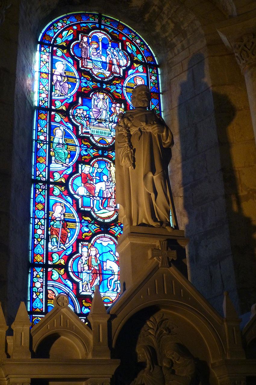 Statue et vitrail dans l'église Sainte Radegonde