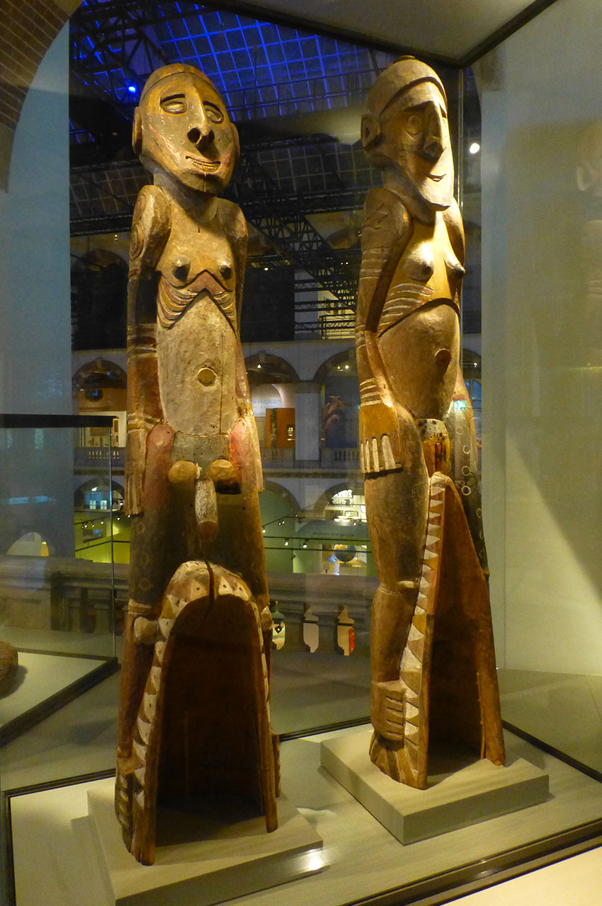 Statues en bois d'un couple