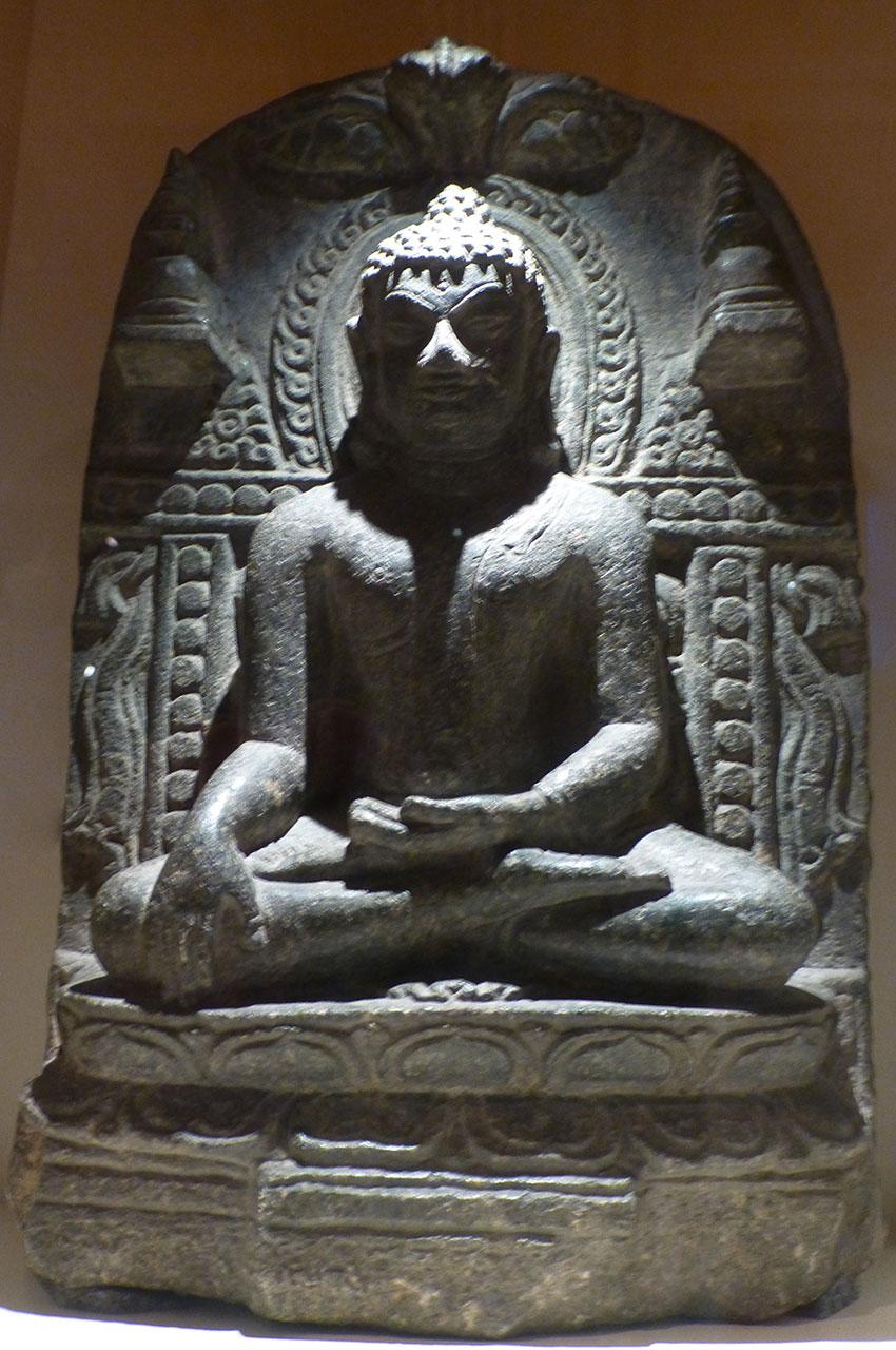Statue de Bouddha en pierre sur une stèle
