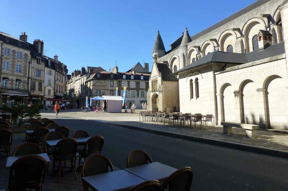Terrasse de café à proximité de l'église Notre-Dame la Grande