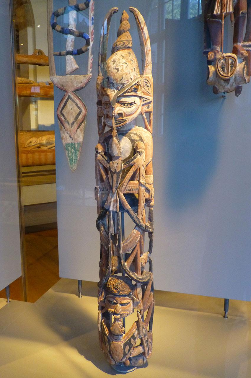 Totem en bois peint