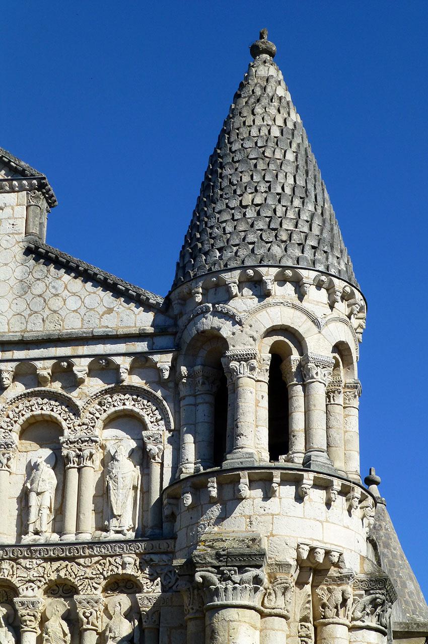 L'une des tours de Notre-Dame la Grande