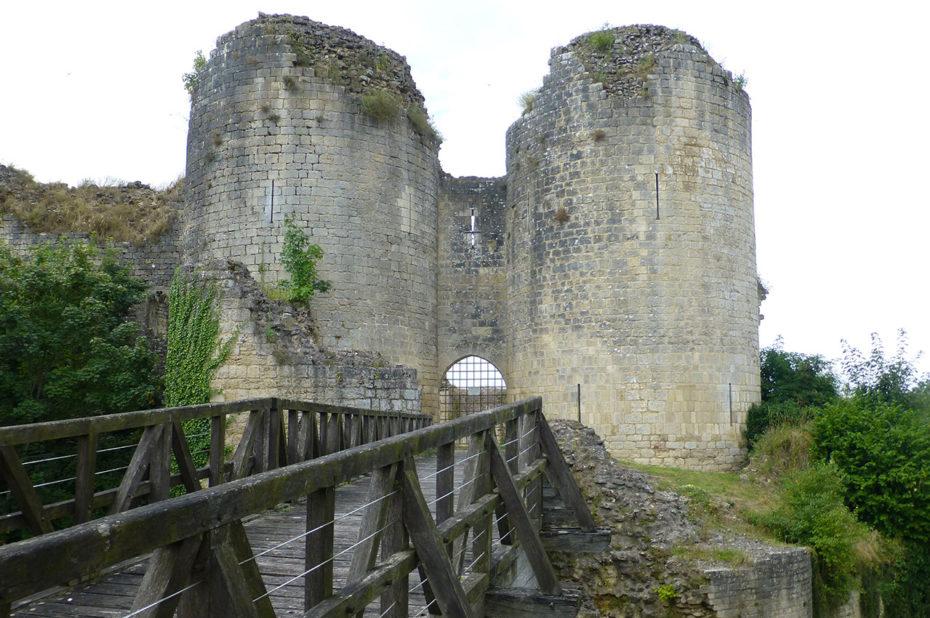 Tours contrôlant le pont d'accès au château de Gençay