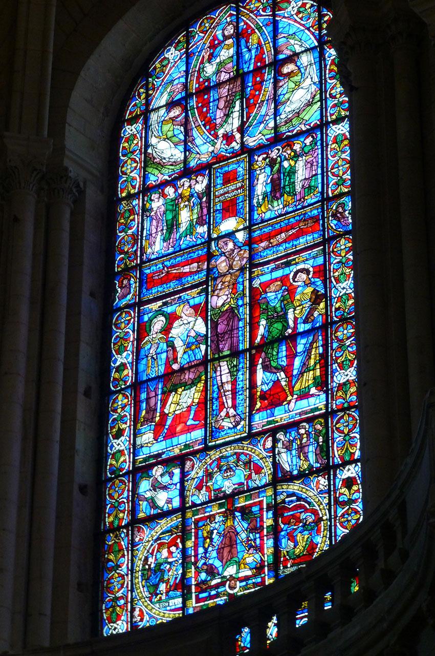 Le vitrail de la Crucifixion datant du XIIe siècle