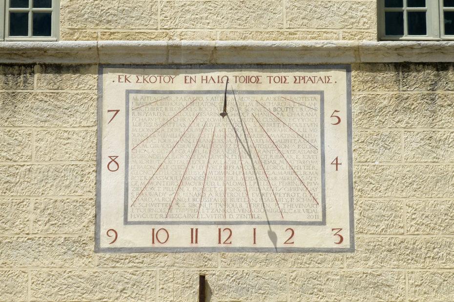 Cadran solaire sur l'aile sud de l'abbaye