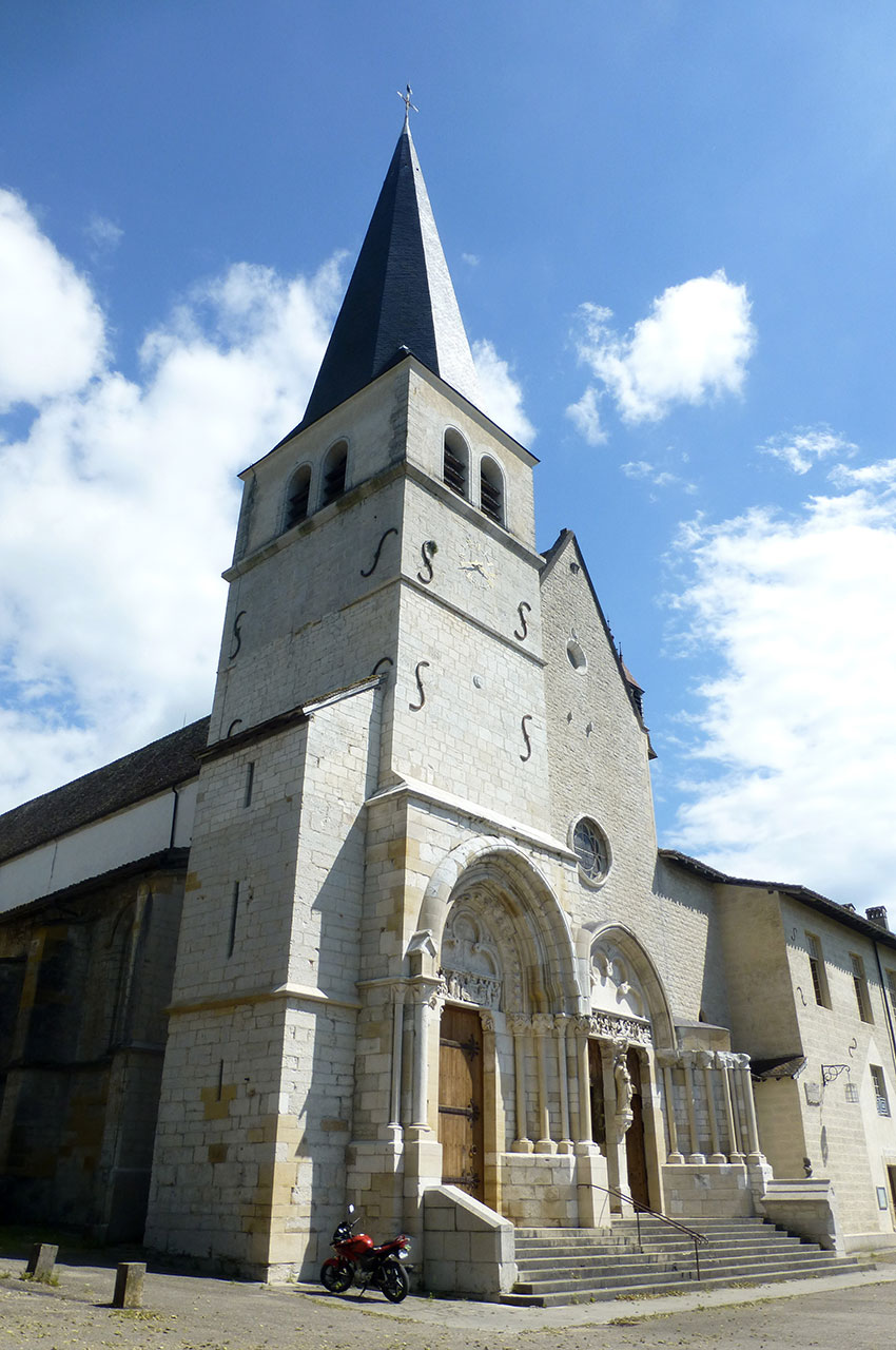 Le clocher et l'entrée de l'abbatiale