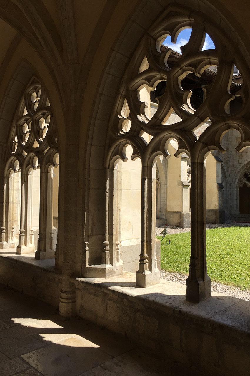 Dans le cloître de l'Abbaye d'Ambronay