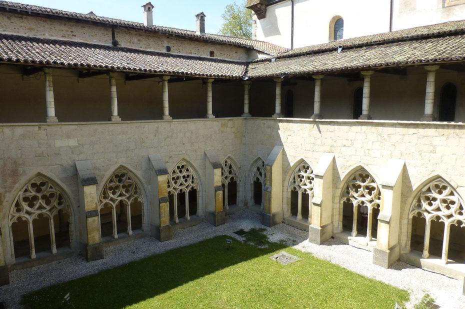 Cloître à deux niveaux de l'Abbaye d'Ambronay