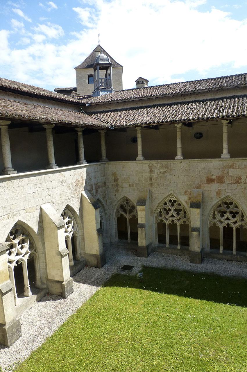 Le cloître et la tour des Archives au fond