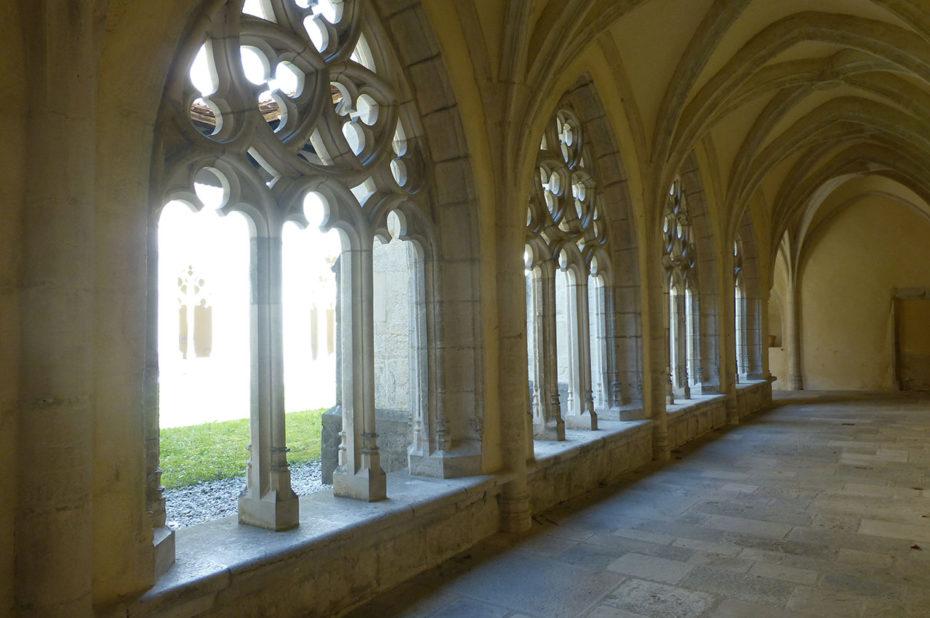 Promenade dans le silence du cloître de l'Abbaye