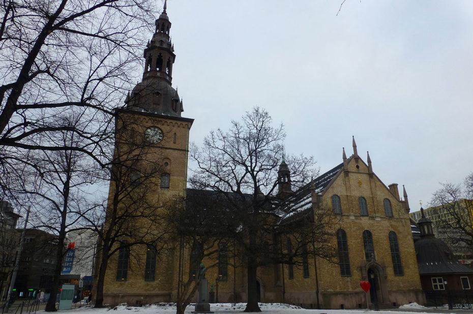 La cathédrale d'Oslo sous le ciel gris de décembre