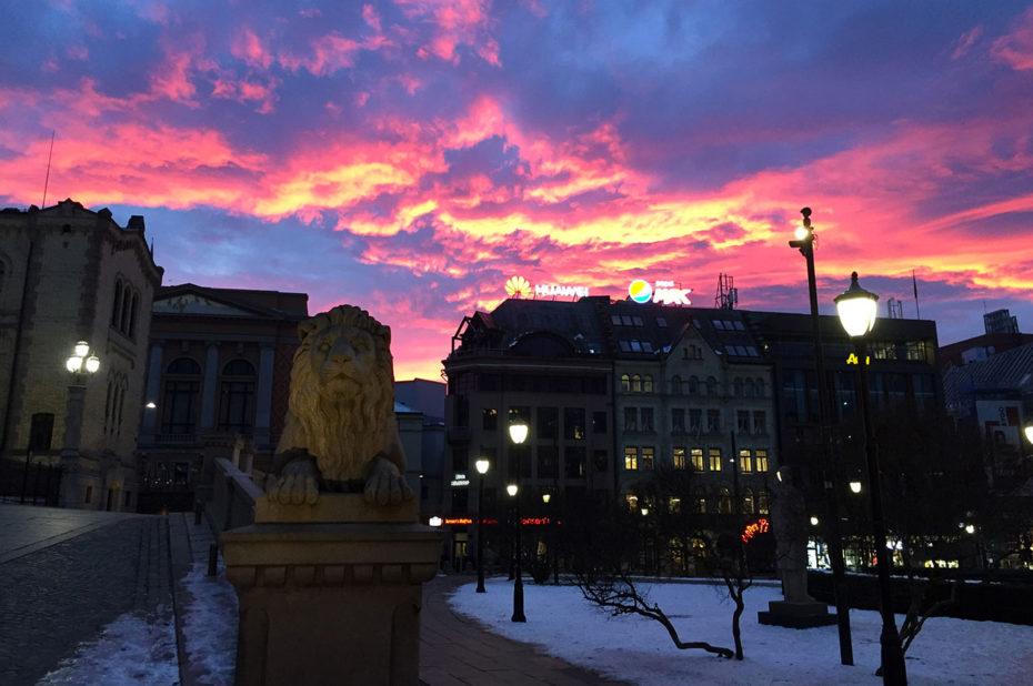 Coucher de soleil au-dessus du parlement norvégien d'Oslo