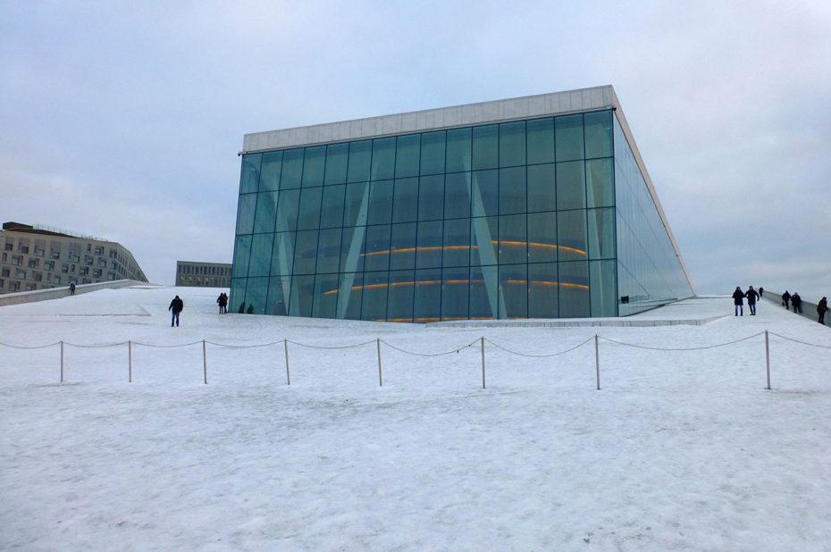 Les gens marchent sur le toit de l'opéra pour mieux admirer la vue sur le fjord