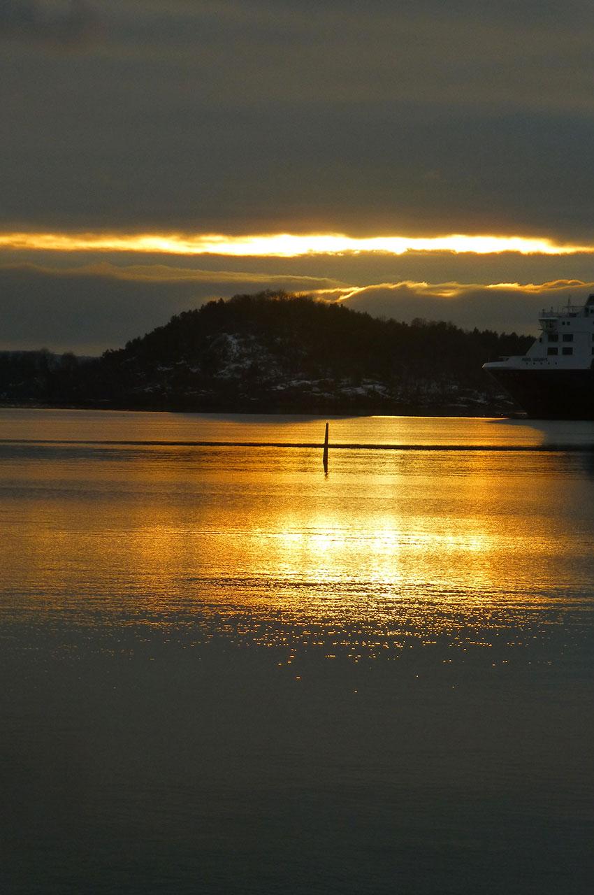 Magnifique coucher de soleil sur le fjord d'Oslo
