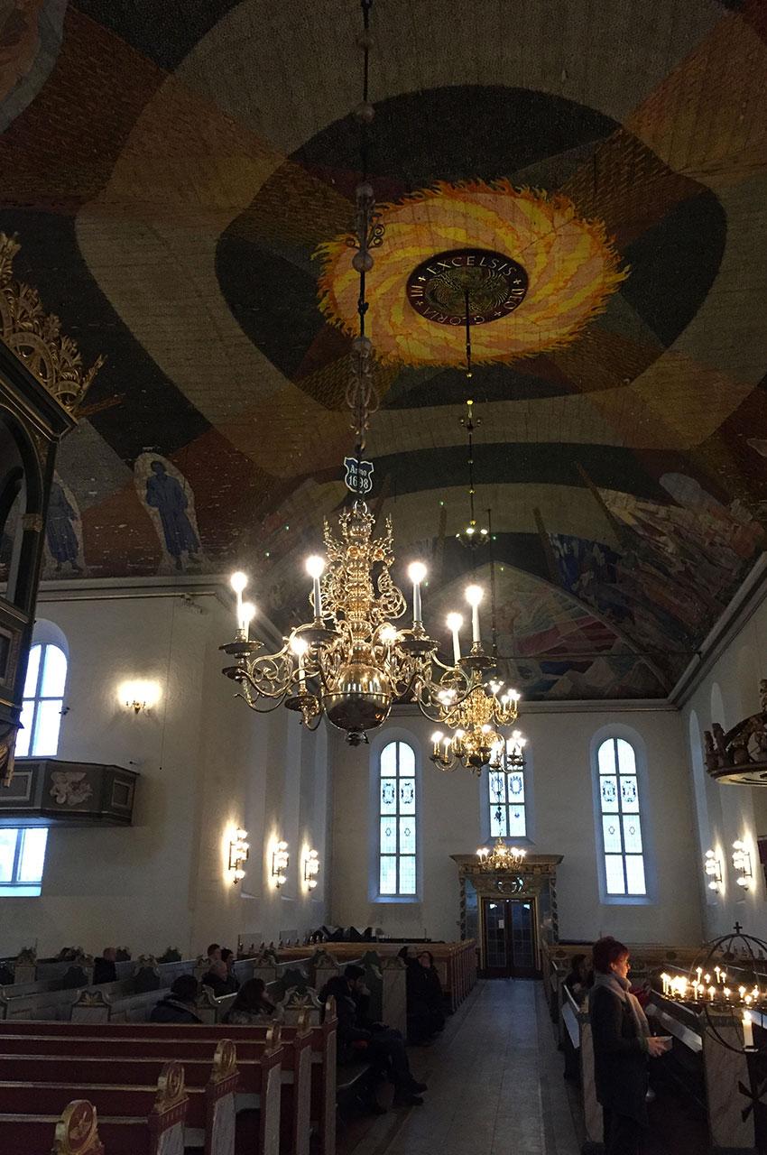 Un plafond de bois peint et des lustres magnifiques