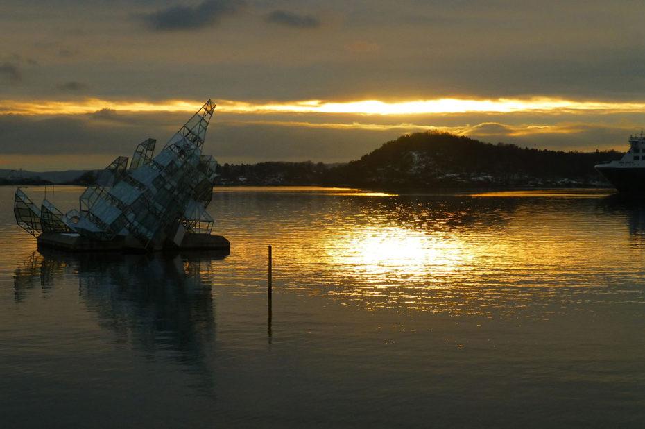 Vers 15h en ce 23 décembre, le soleil se couche sur le fjord d'Oslo
