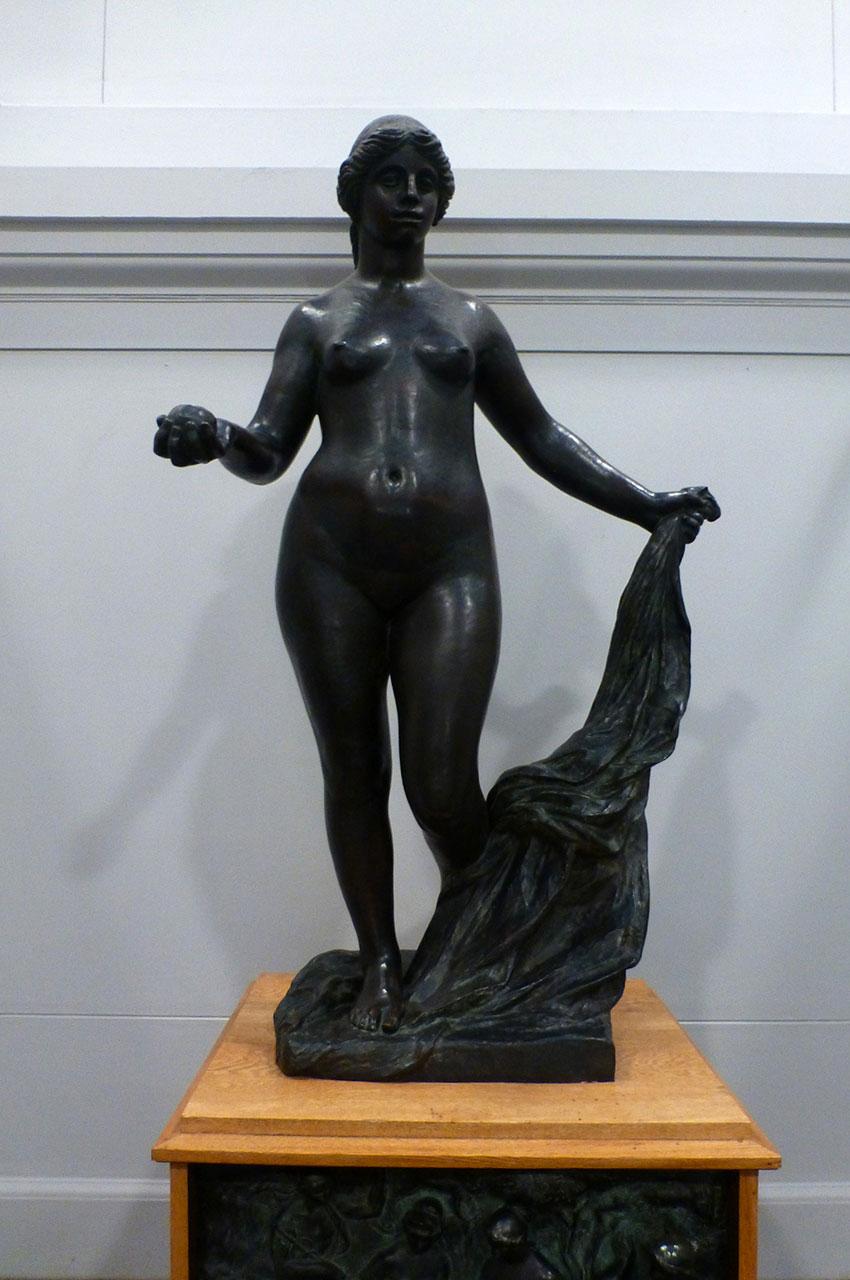 Statue de femme en haut de l'escalier
