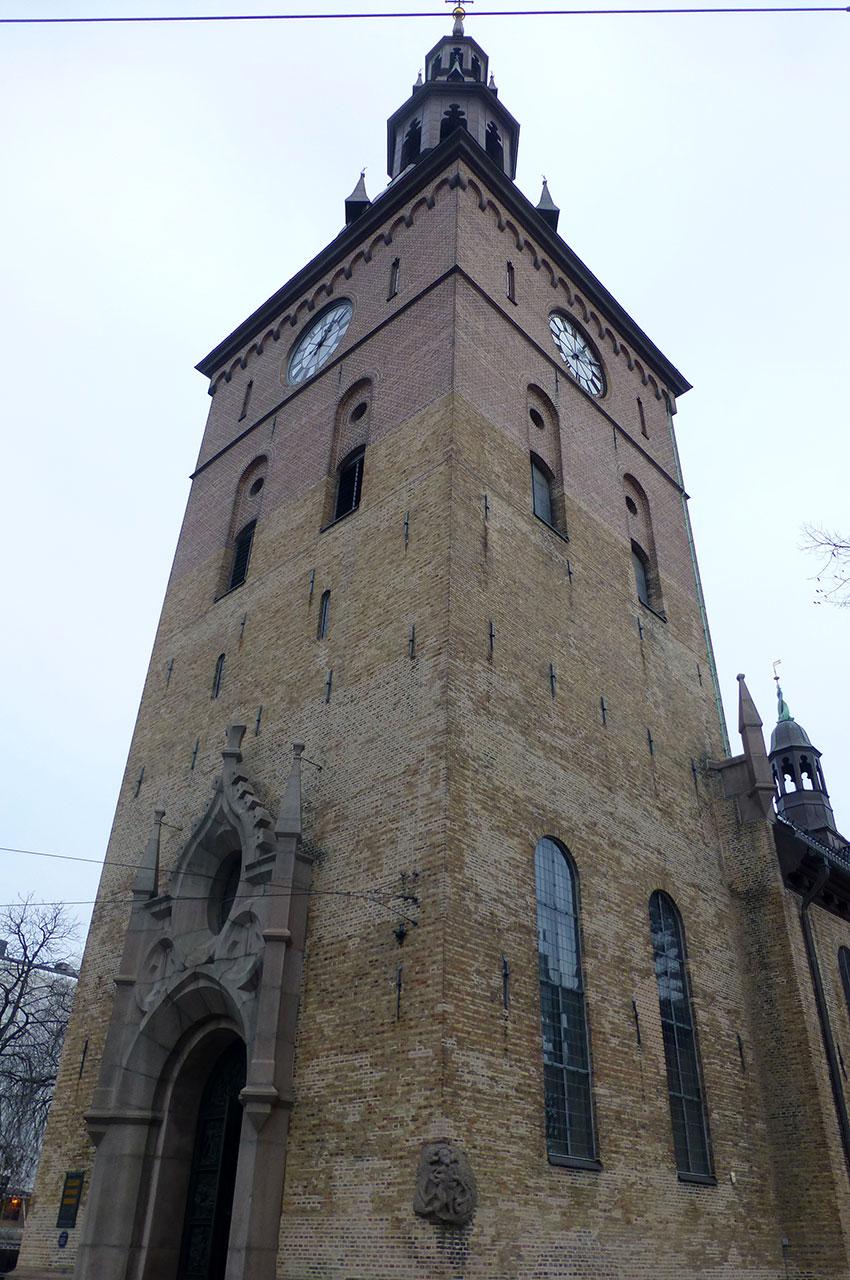 Sur la tour, un relief représentant un homme attaqué par un lion et un dragon