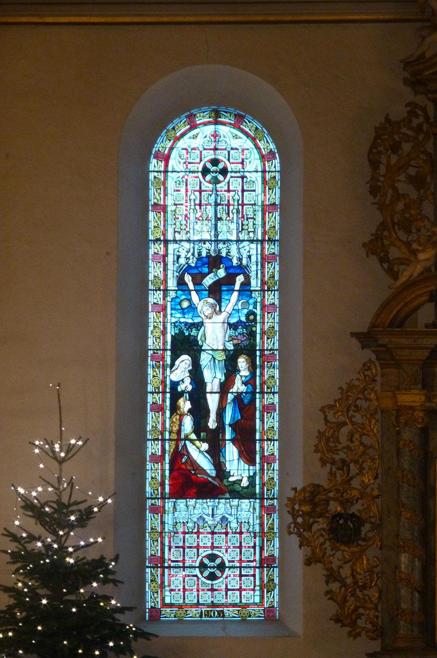 Vitrail représentant le Christ en croix