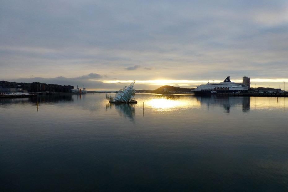 Vue sur le fjord et le ferry de la DFDS, une compagnie danoise