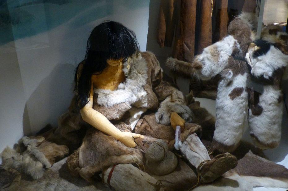 Costumes traditionnels en peaux de bêtes