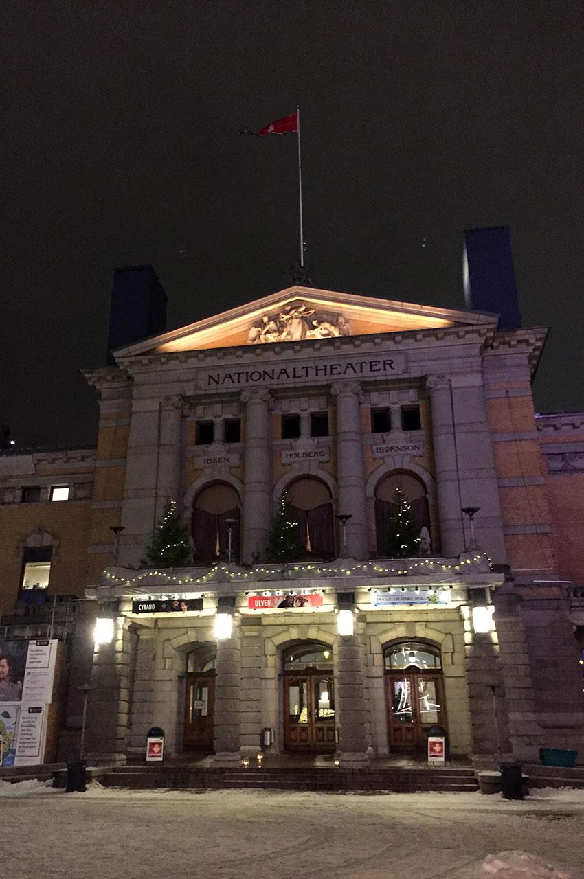 La façade du Théâtre National d'Oslo, de nuit