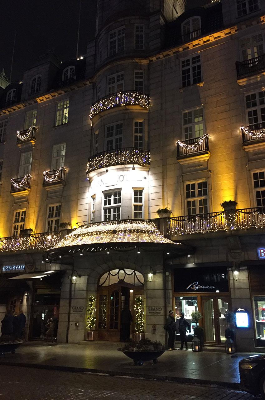 La magnifique entrée du Grand Hotel à Oslo