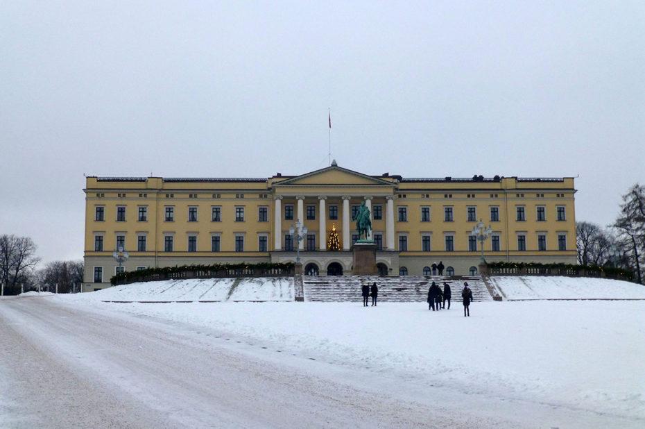 Le palais royal sous la neige, au cœur de Slottsparken