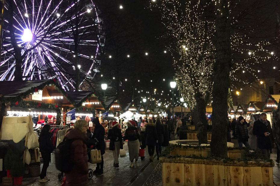 Touristes et Osloïtes visitent le marché de Noël en décembre