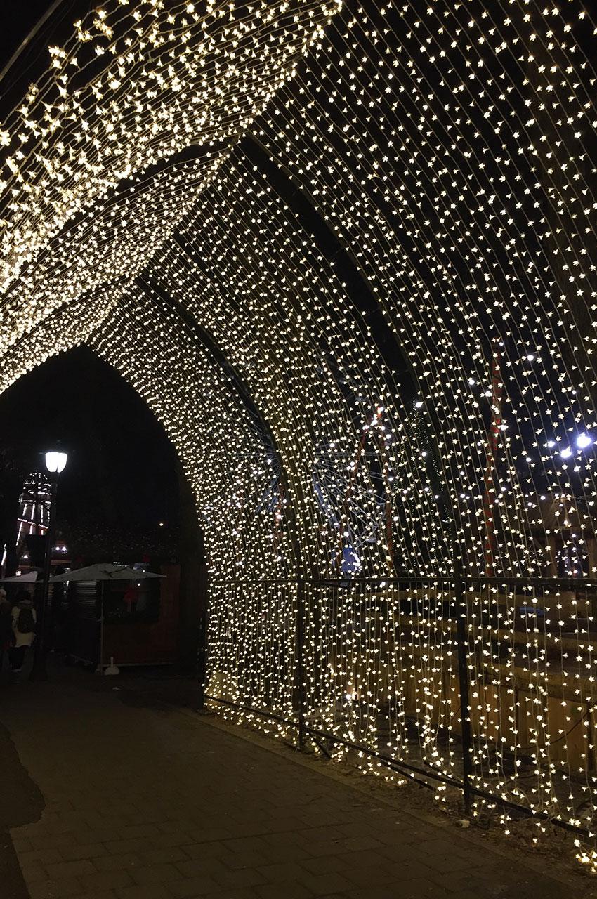 Un tunnel de lumières au marché de Noël
