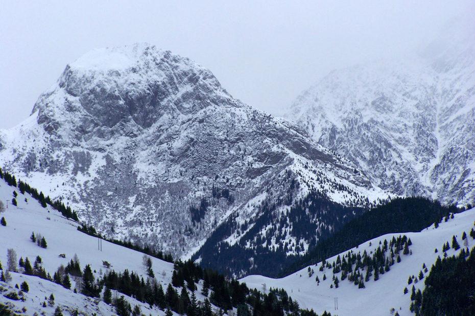 La neige fraîchement tombée donne une ambiance hivernale