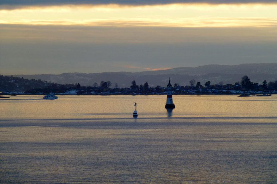 Bateau et petit phare dans le fjord d'Oslo