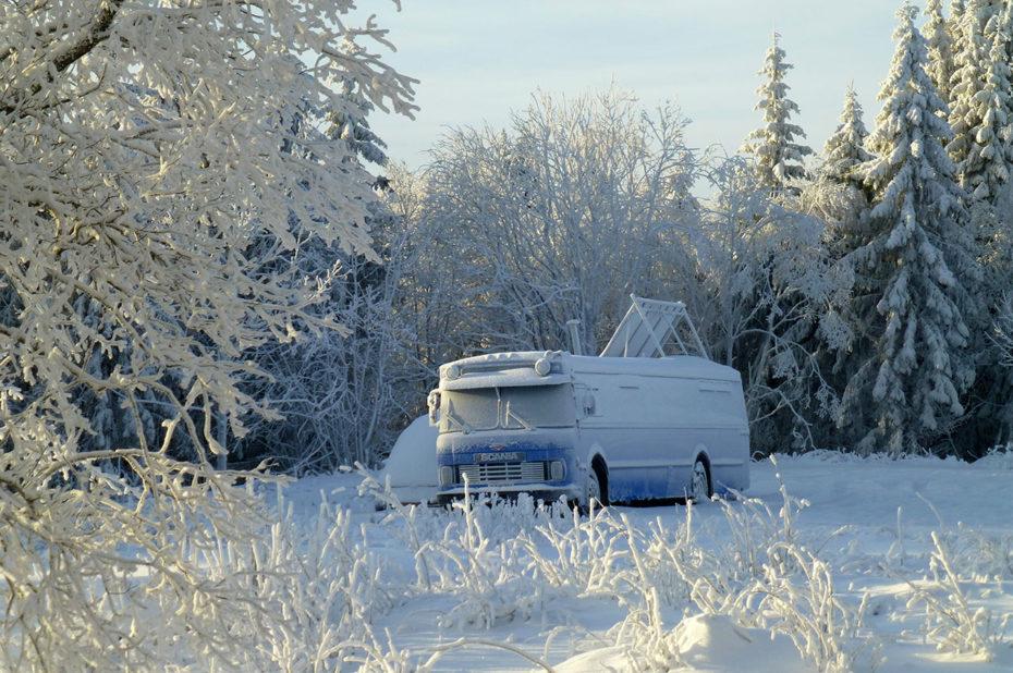 Un bus oublié, recouvert de neige