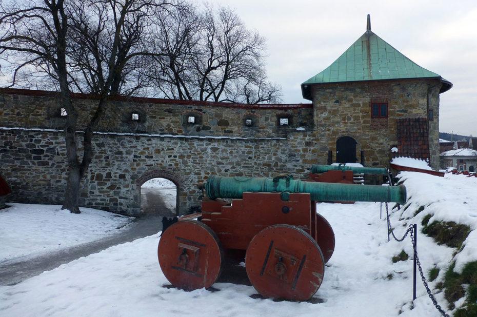 Canons pointés vers la mer à la citadelle Akershus