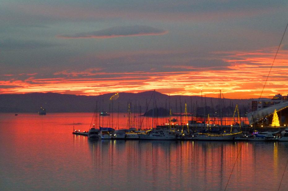 Ciel rouge sur le port d'Aker Brygge et le fjord