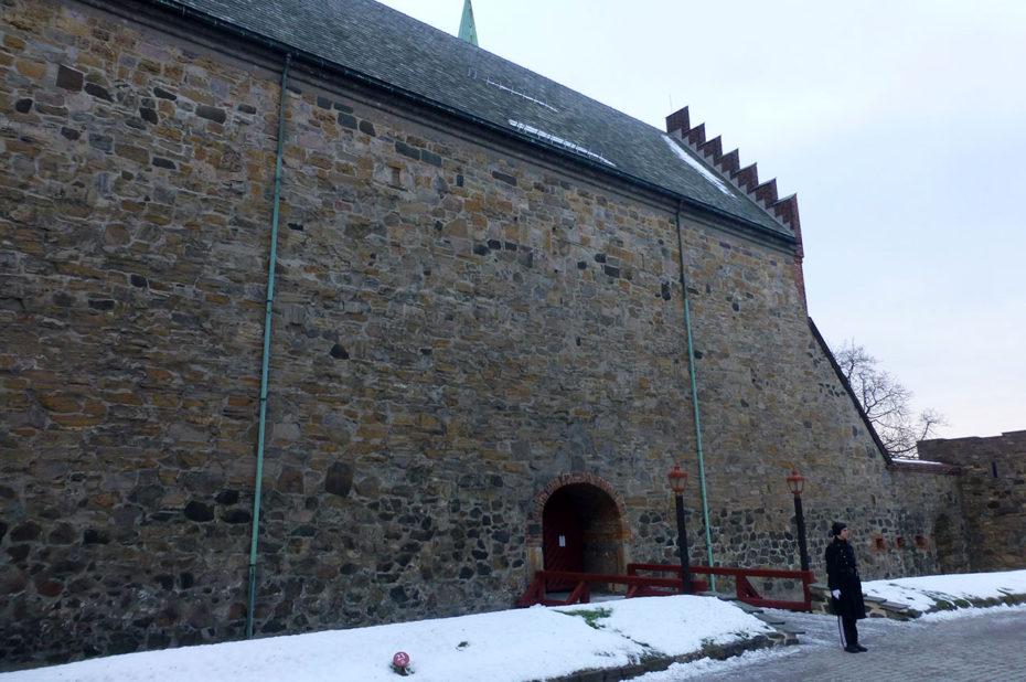 La citadelle est une base militaire avec des gardes en patrouille