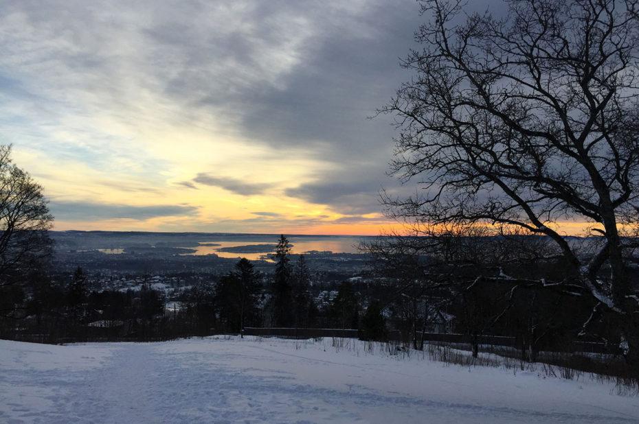 Dernières lueurs du coucher de soleil sur le fjord