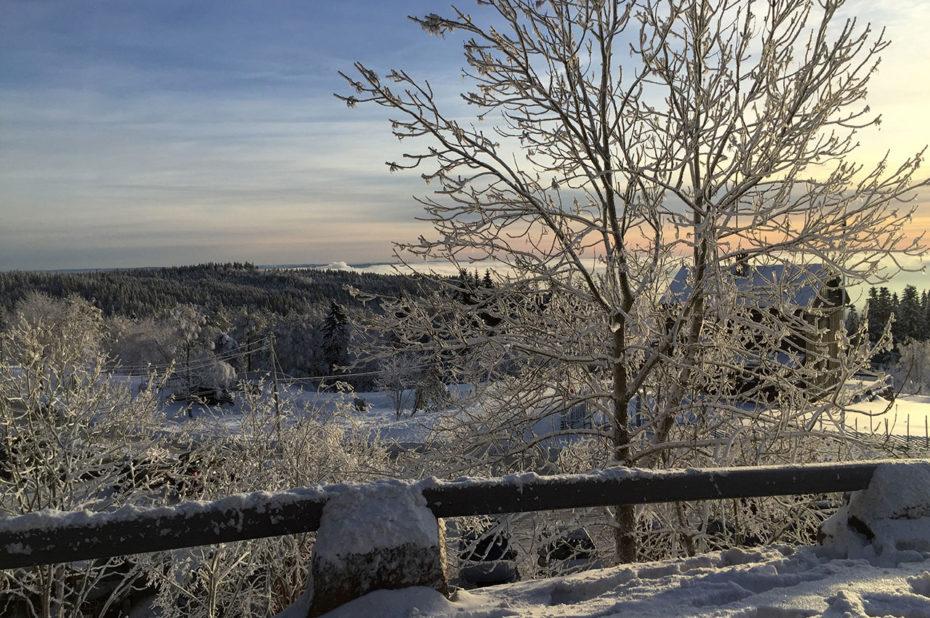 La douce lumière orangée du soleil d'hiver en Norvège