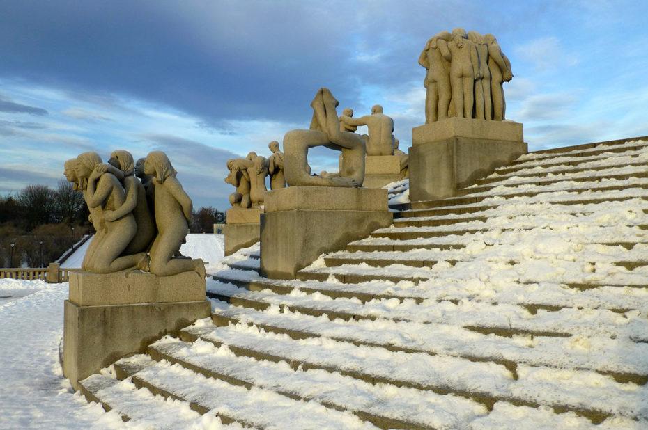 L'escalier circulaire autour du monolithe est enneigé