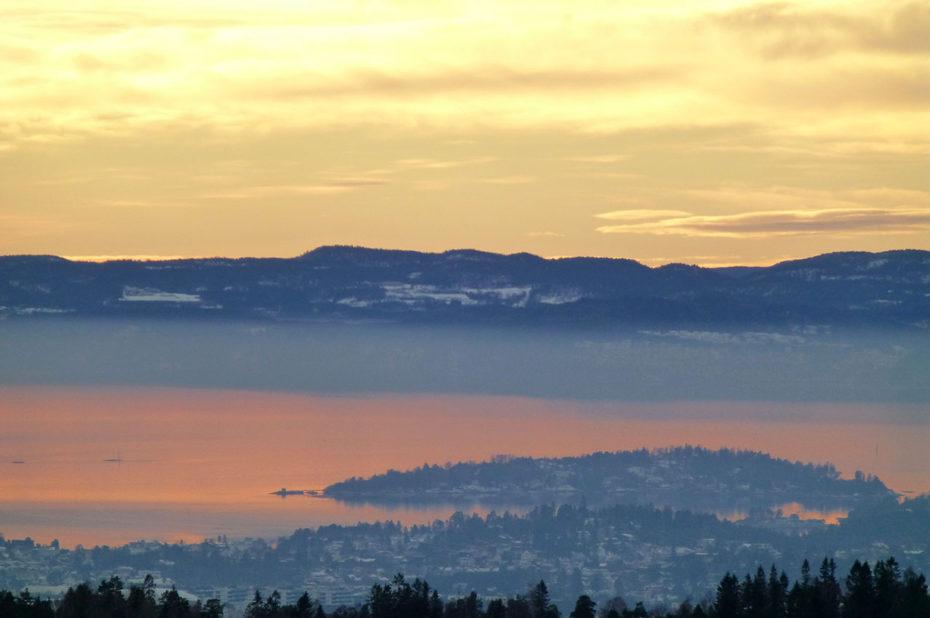 Les teintes orangées du coucher de soleil sur le fjord d'Oslo