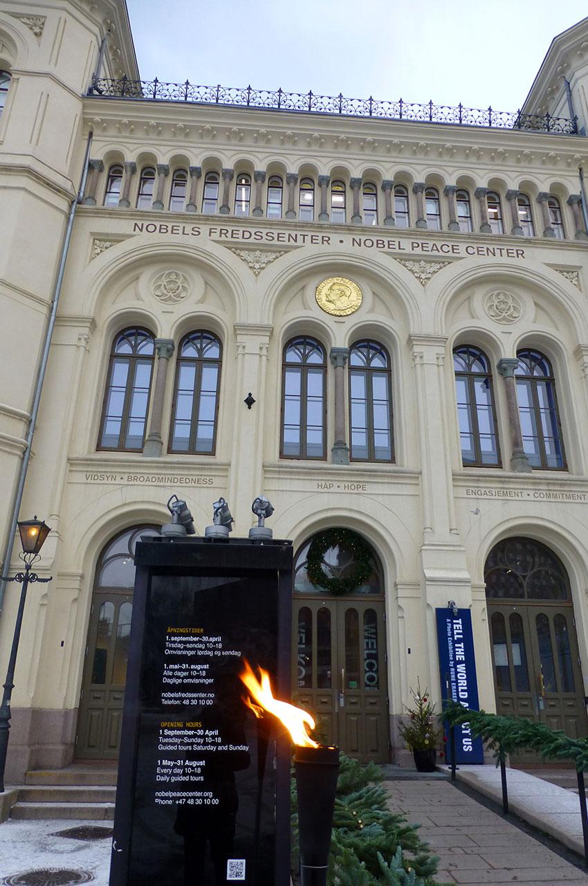 La flamme devant le Centre Nobel de la Paix