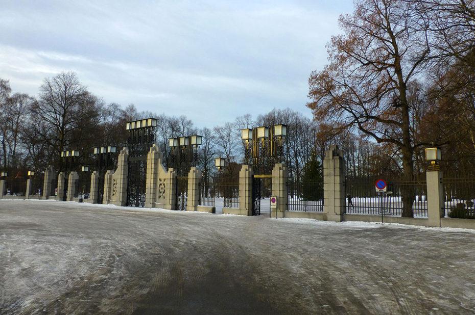 Les imposantes grilles de fer forgé de l'entrée