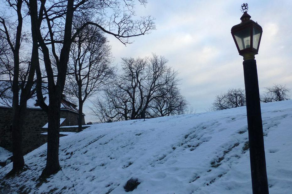 Des lampadaires pour éclairer car la nuit tombe vite en décembre