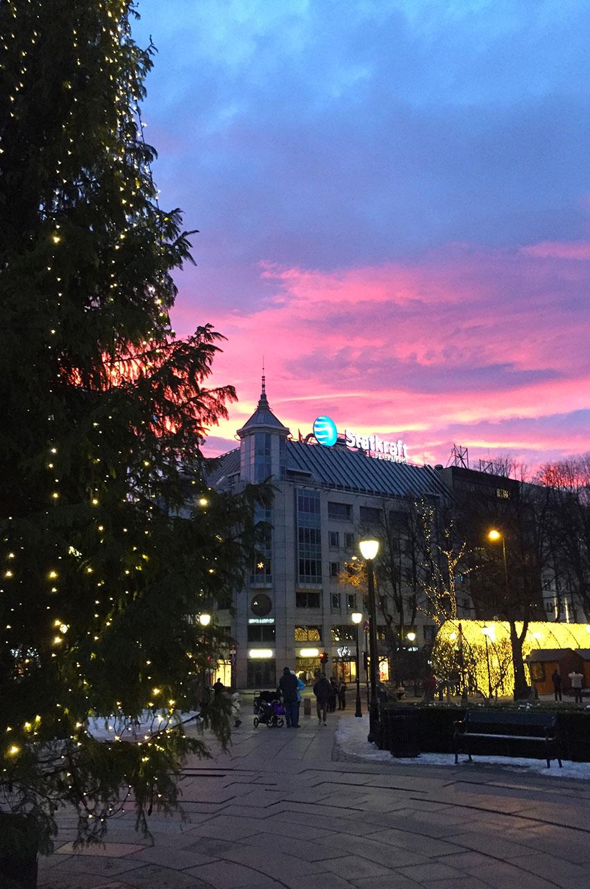 Magnifique ciel rouge derrière le sapin de Noël place Stortinget