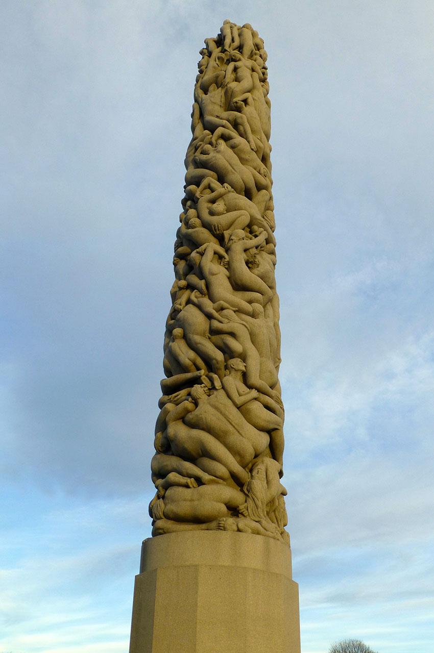 Le monolithe de corps enchevêtrés mesure 17 m